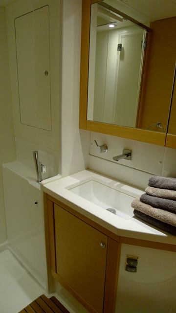 http://www.scancharter.com/wp-content/uploads/boats/16765_bathroom.jpg